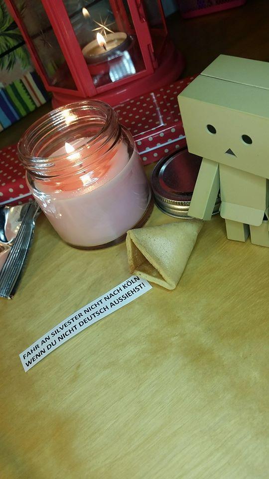 Was kann man tun, wenn man an Silvester mit einer Ausgangssperre belegt wurde? Vielleicht Kerzen anzünden? Vielleicht Glückskekse knacken und in die Zukunft schauen?